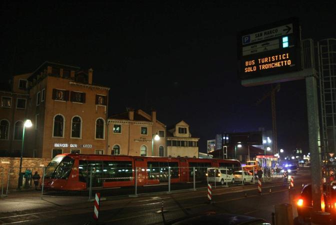 Arrivo del tram in piazzale Roma