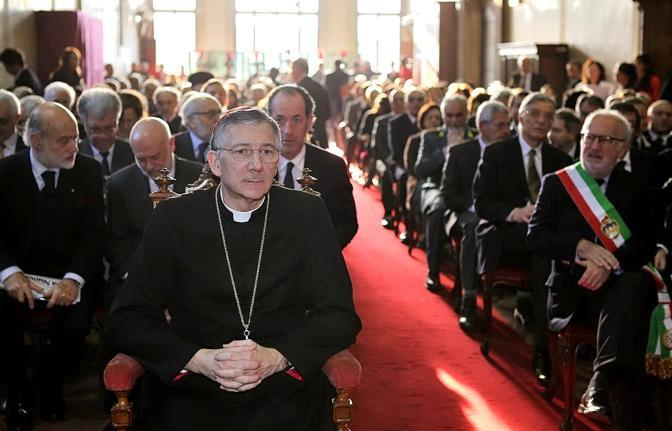 Il patriarca Francesco Moraglia in prima fila, dietro di lui il governatore Zaia e a destra il sindaco di Venezia Giorgio Orsoni