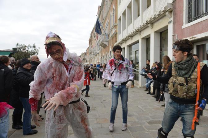 Battaglia esercito contro zombie fra le calli della città