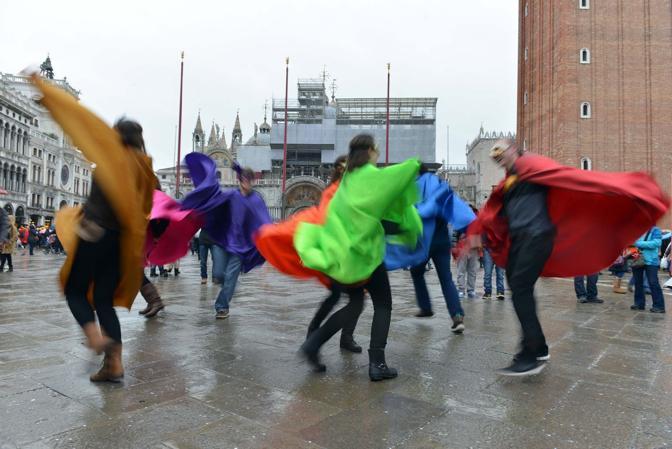 Venezia, le maschere sotto la pioggia in Piazza San Marco