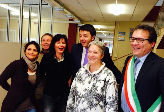 Renzi com il personale ausiliario della scuola (e il sindaco Manildo)