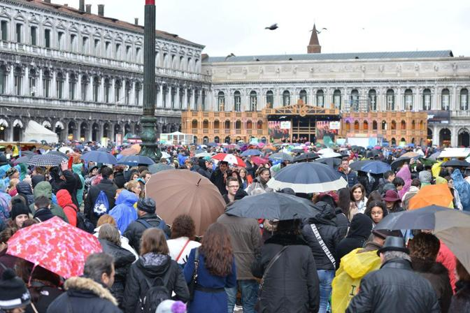 Sabato di Carnevale condizionato dal meteo, turisti e maschere fuggono al riparo per un acquazzone improvviso