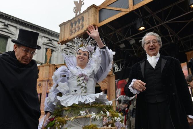 Venezia, il volo dell'aquila in piazza san Marco. Carolina Kostner scende dal campanile e saluta la folla