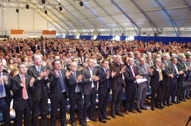 Tutta la platea in piedi ad applaudire Flavio Trinca con i sindaci in prima fila