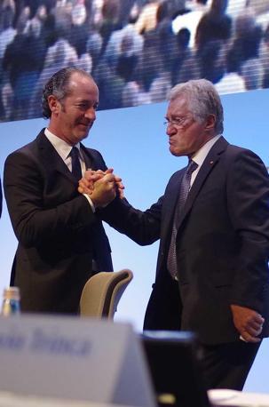 Luca Zaia e Flavio Trinca si stringono la mano