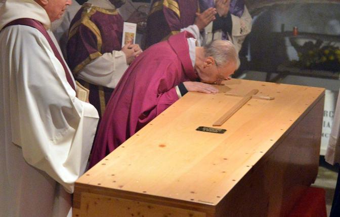 Venezia. Il funerale del patriarca emerito Marco Ce nella basilica di San Marco. La processione e la tumulazione del corpo