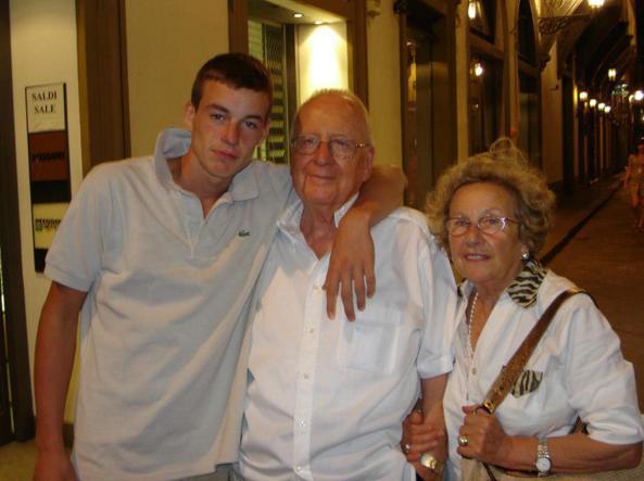 Lorenzo Manavella con i nonni Tullio e Pina Manavella, che ha ucciso venerdì a Vercelli (Foto LaPresse)