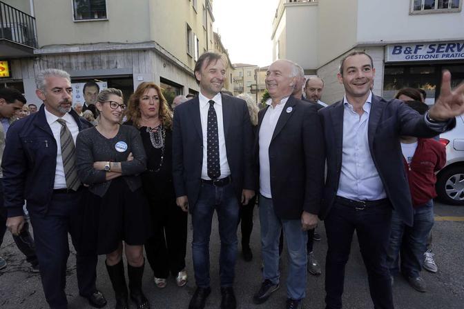 Massimo Bitonci in vicolo Aspetti, all'Arcella, dove si trova la sede cittadina della Lega