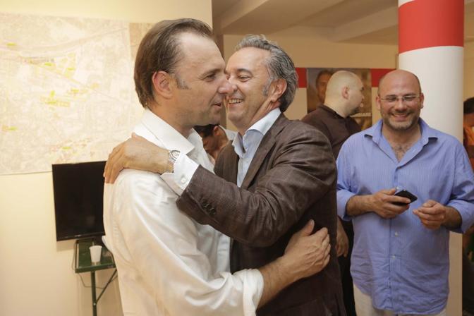 L'abbraccio con l'alleato Maurizio Saia