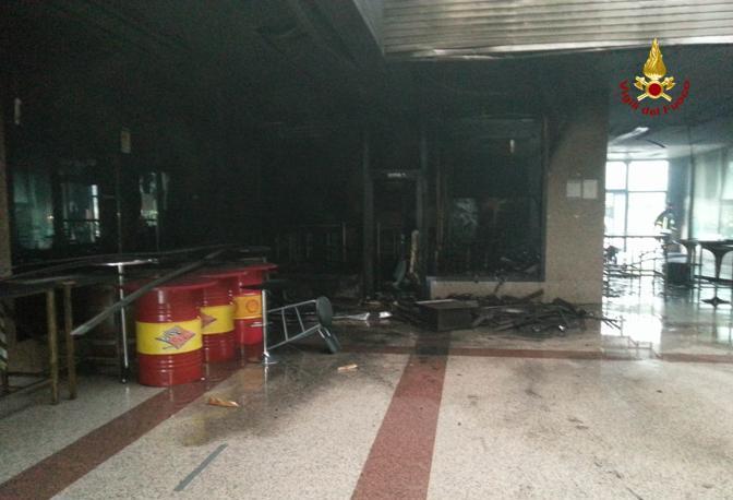 Vicenza, i vigili del fuoco spengono le fiamme che devastano un disco club