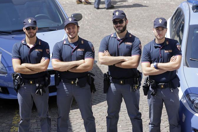 Padova, le nuove divise della polizia. La rivoluzione dopo 20 anni: stop a camicia, cravatta, e pantaloni «eleganti». Ecco polo aderente, cappellino «da baseball», scarpe e pantaloni più sportivi