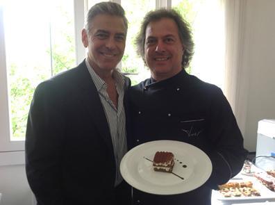 Lo chef trevigiano Tino Vettorello con George Clooney, grande estimatore del suo tiramisù