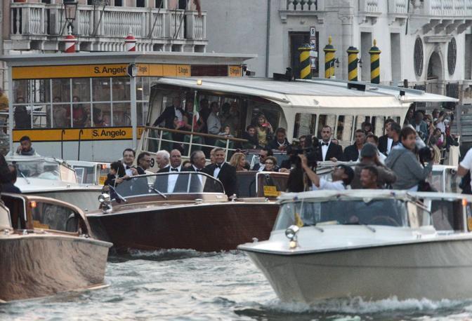 Trenta barche hanno accompagnato Clooney alla festa all'hotel