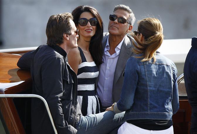 George Clooney in taxi a Venezia con Amal e Cindy Crawford