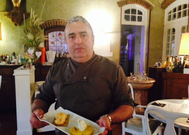 Lo chef Massimo Taglioli con uno dei piatti da lui creati per il nuovo menu dell'Antico Brolo di Padova