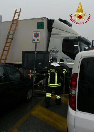 Camion in fiamme all'aeroporto di Treviso (Vigili del fuoco)