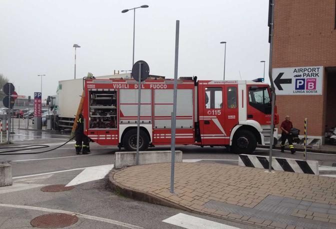 Camion in fiamme all'aeroporto di Treviso (Paolo Balanza)