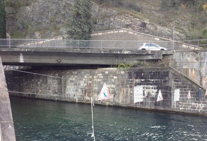 l'uscita del tunnel di 10 km dove esce l'acqua nel Garda proveniente dall'Adige
