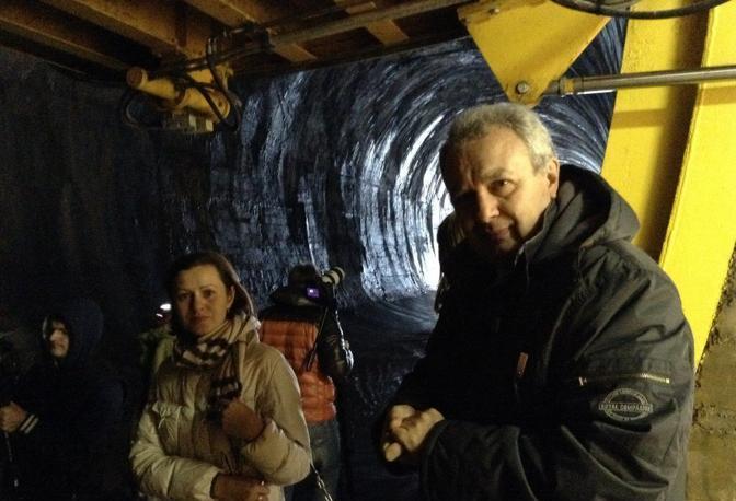 Quattrina dentro il tunnel con troupe russa