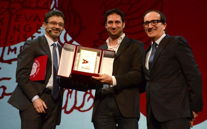 VIl nuovo rettore Michele Bugliesi e Tomat premiano lo studente Paolo Privitera
