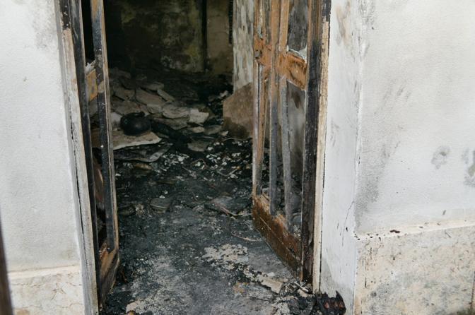 La casa devastata dall'incendio