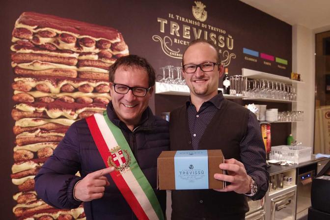 Treviso. Inaugurazione pasticceria Trevissù. Il sindaco Manildo con il titolare Luigi Maria La Sala