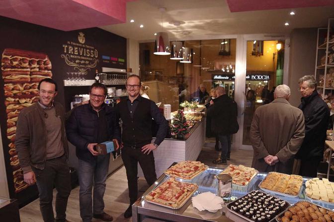 Treviso. Inaugurazione pasticceria Trevissù. Il sindaco Manildo con il titolare Luigi Maria La Sala e Alberto Nascimben