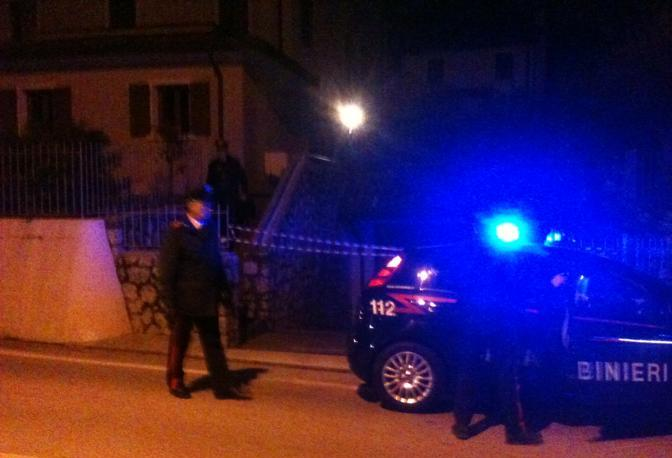 I carabinieri davanti alla villetta della tragedia