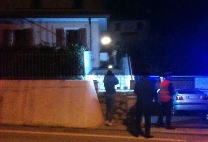 I carabinieri sul luogo dell'omicidio-suicidio (Foto Paolo Balanza)