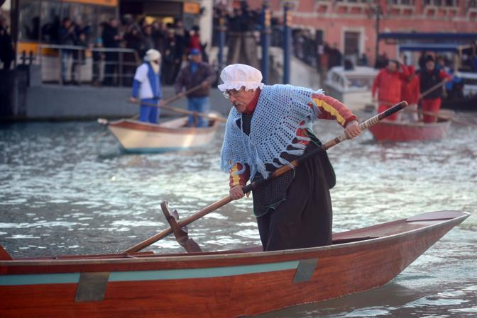 VENEZIA 06/01/15 - Gianni Colombo detto Timbro vince per la terza volta consecutiva la tradizionale regata delle befane in Canal Grande Andrea Pattaro/Vision