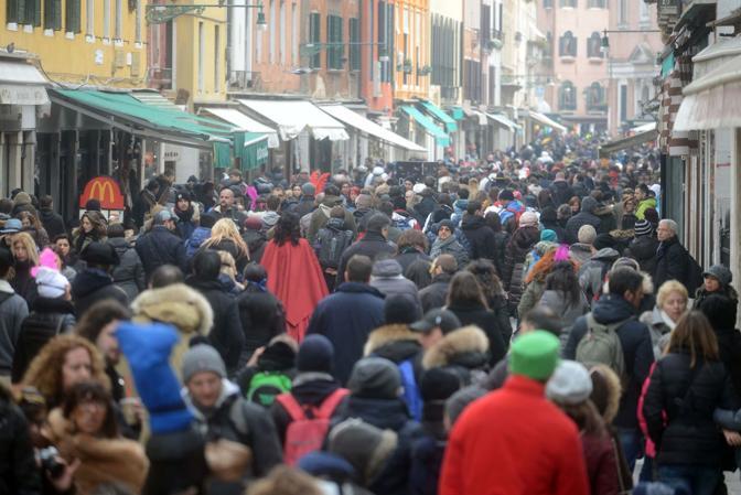 Carnevale, ultimo weekend. Venezia presa d'assalto