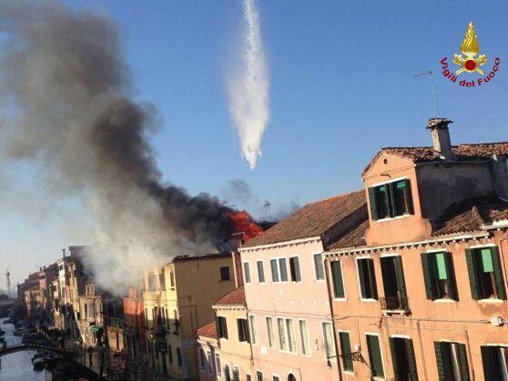 Elicottero Venezia : Incendio a venezia le immagini dell elicottero