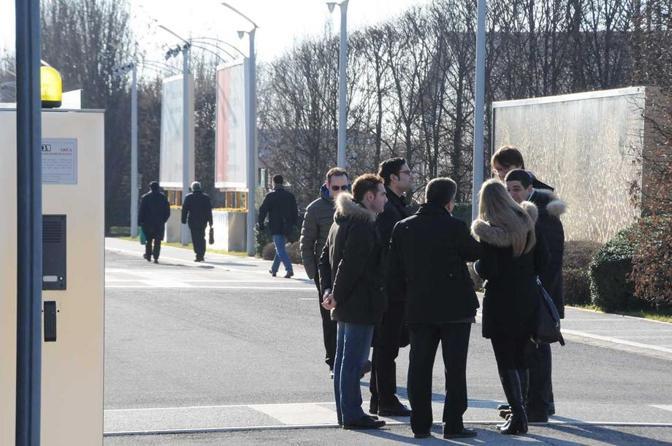 Dipendenti tutti fuori, nel piazzale davanti alla Banca, in attesa di comunicazioni ufficiali. Perplessità, timore, sbigottimento