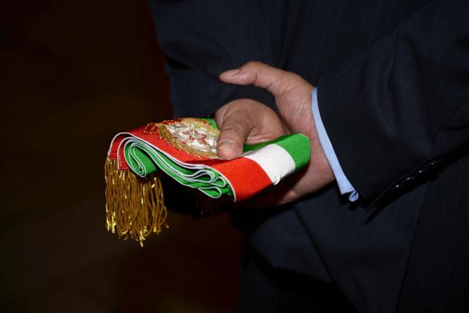 La fascia di sindaco nelle mani del dg Marco Agostini