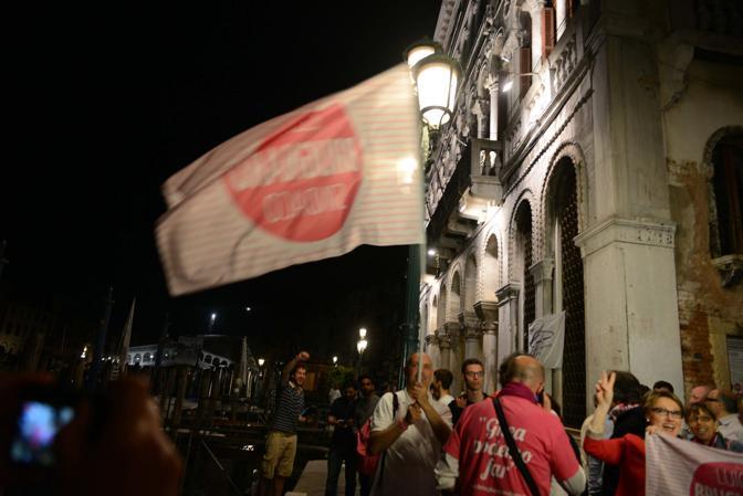 I sostenitori in attesa e l'arrivo di Brugnaro