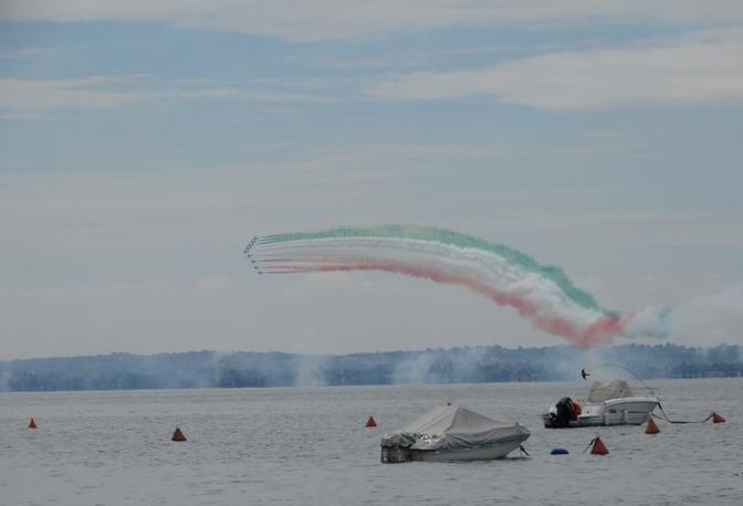 Alcuni scatti delle Frecce Tricolori a Peschiera del Garda riprese dalla riva opposta di Bardolino