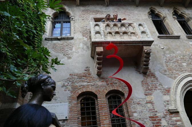 La treccia per il compleanno di Giulietta. A Verona la performance dell'artista Lisa Borgiani
