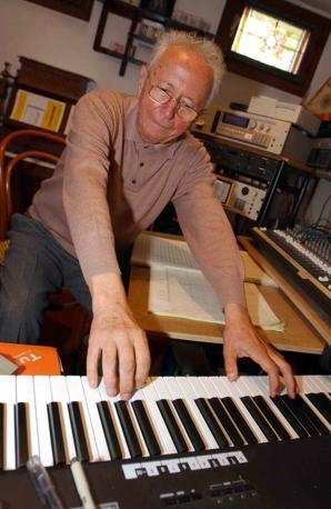 Il compositore Giusto Pio nel suo studio