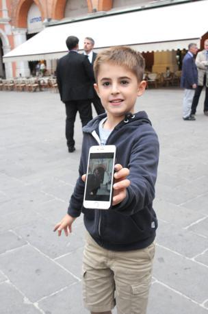 Renzi visita i sindaci. In piazza dei Signori bambino che ha avvicinato Renzi dandogli il cinque