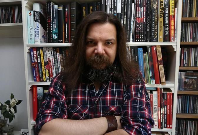 Lo scrittore best seller Matteo Strukul nella sua casa padovana (Foto Nicola Fossella/Bergamaschi)