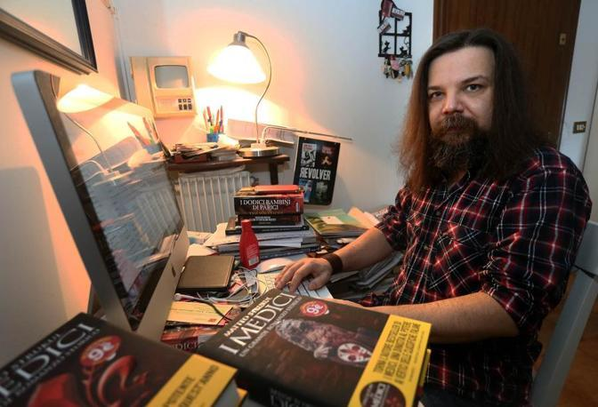 Lo scrittore best seller Matteo Strukul al lavoro nella sua casa padovana (Foto Nicola Fossella/Bergamaschi)
