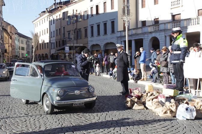 La Befana del vigile in piazza dei Martiri a Belluno