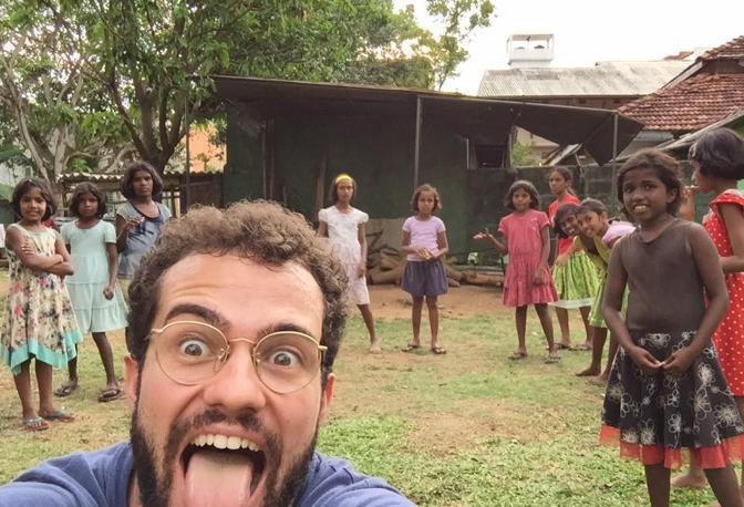 Andrea Caschetto con i bambini degli orfanatrofi incontrati nel suo viaggio per il mondo
