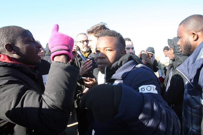 Base di Conetta - Rivolta al centro profughi blocco dei camioncini col pranzo risse e sfondamento cancello da parte della celere