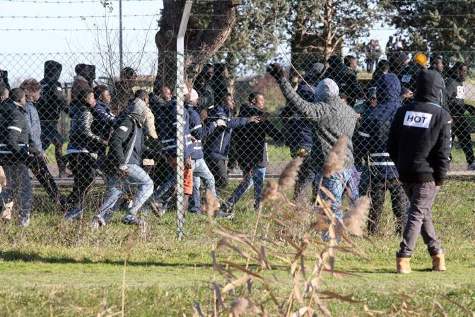 Cona - Base di Conetta - Rivolta al centro profughi blocco dei camioncini col pranzo risse e sfondamento cancello da parte della celere