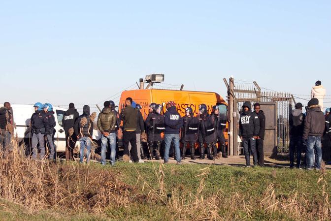 Rivolta al centro profughi blocco dei camioncini col pranzo risse e sfondamento cancello da parte della celere - Entra il pranzo