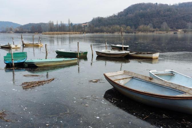 Barche nel ghiaccio del lago di Fimon (foto Navarro)
