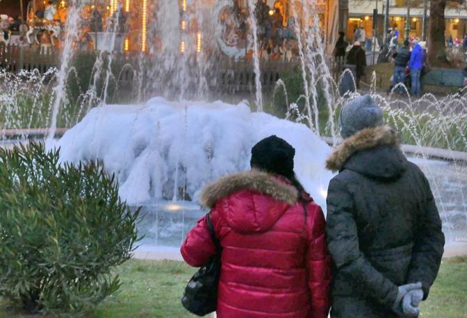 Una fontana ghiacciata a Verona (foto Fotoland)