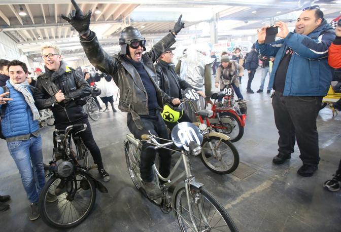 Verona, Piero Pelù al Motor Bike Expo corre su un Mosquito