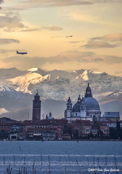 Aereo Privato Venezia : Venezia un aereo le alpi corriere veneto
